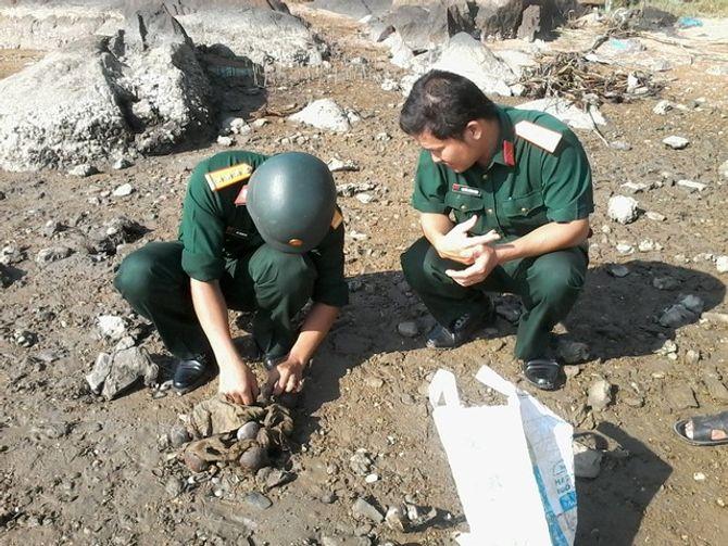 Bình Định phát hiện 18 quả lựu đạn M67 dưới đầm Mai Hương