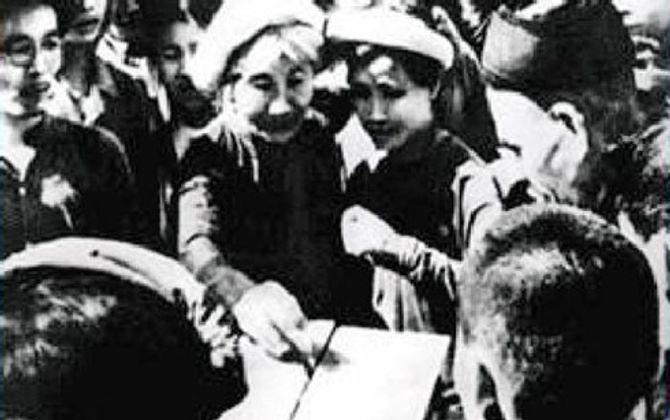 70 năm Tổng tuyển cử đầu tiên: Viết tên đại biểu trên lá chuối - Ảnh 1