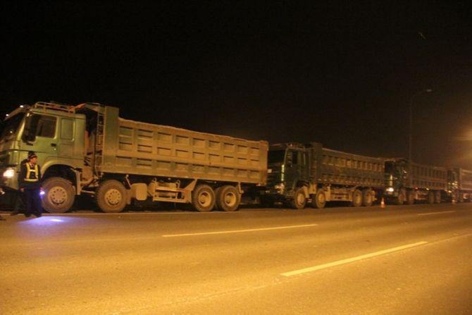 """Đoàn xe quá tải """"quây"""" thanh tra ở đại lộ Thăng Long  - Ảnh 1"""