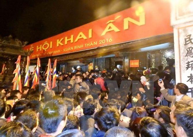 Hàng vạn người chen chân xin ấn đền Trần Nam Định - Ảnh 1