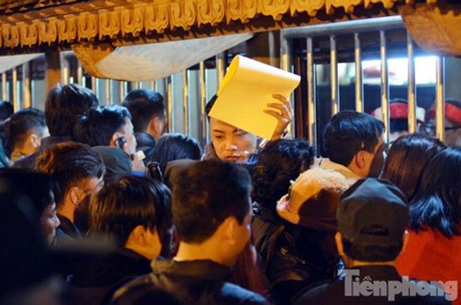 Hàng vạn người chen chân xin ấn đền Trần Nam Định - Ảnh 10