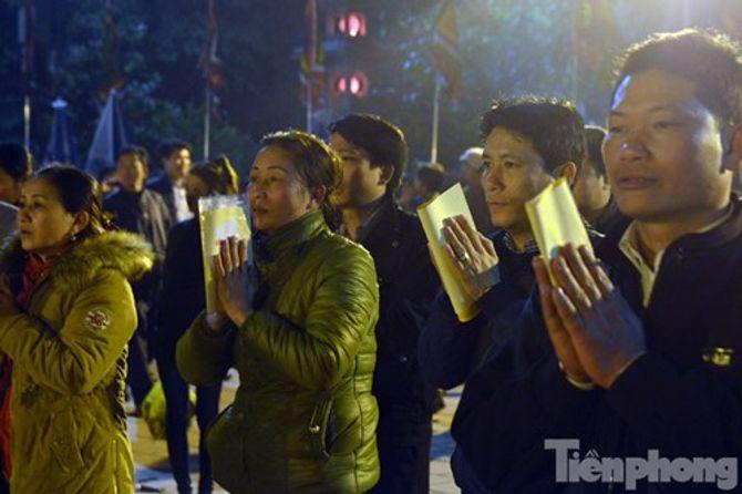 Hàng vạn người chen chân xin ấn đền Trần Nam Định - Ảnh 11