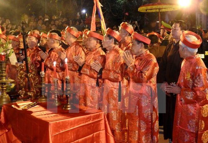 Hàng vạn người chen chân xin ấn đền Trần Nam Định - Ảnh 2