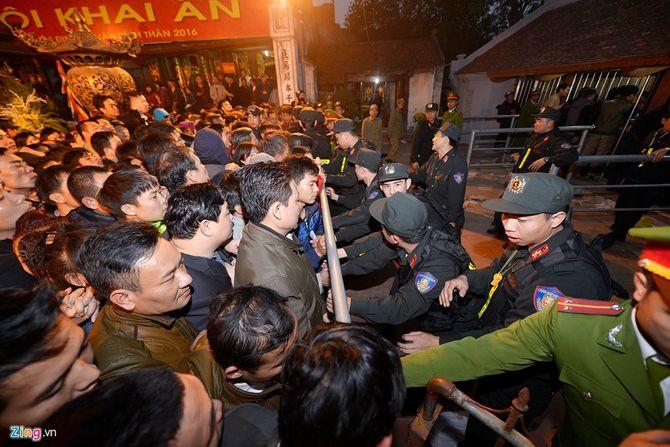 Hàng vạn người chen chân xin ấn đền Trần Nam Định - Ảnh 6