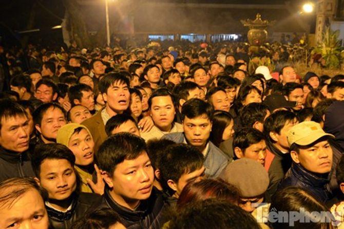 Hàng vạn người chen chân xin ấn đền Trần Nam Định - Ảnh 8