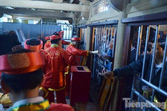 Hàng vạn người chen chân xin ấn đền Trần Nam Định - Ảnh 9
