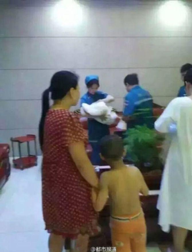 Bé gái 2 ngày tuổi bị nhét vào vali đem đi bán - Ảnh 5