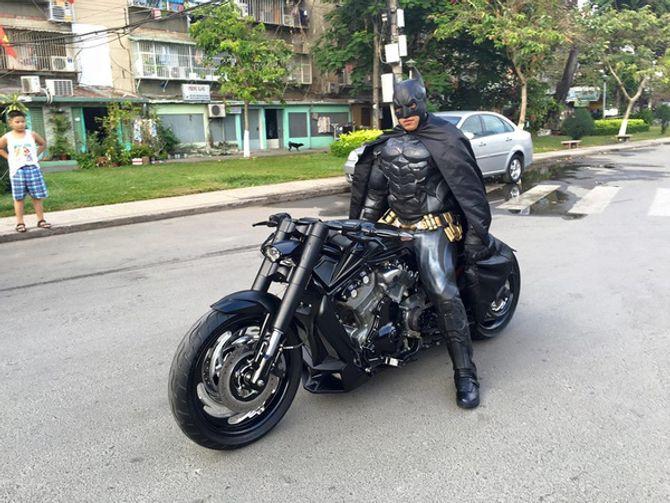 Chàng trai Việt Nam đầu tư cả bộ Batman, xuống phố chơi Tết - Ảnh 2