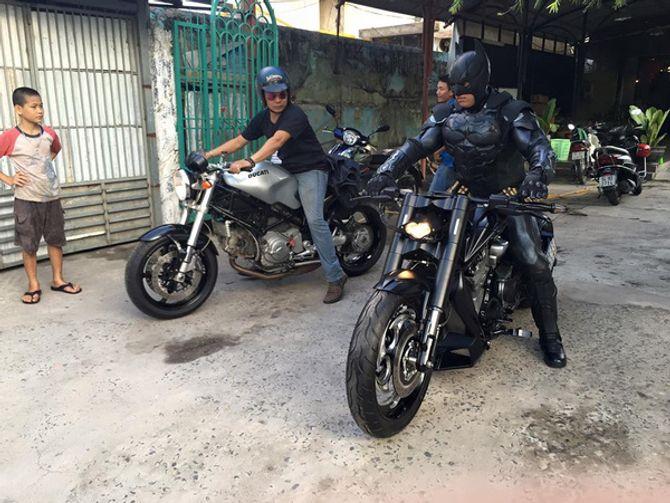 Chàng trai Việt Nam đầu tư cả bộ Batman, xuống phố chơi Tết - Ảnh 3