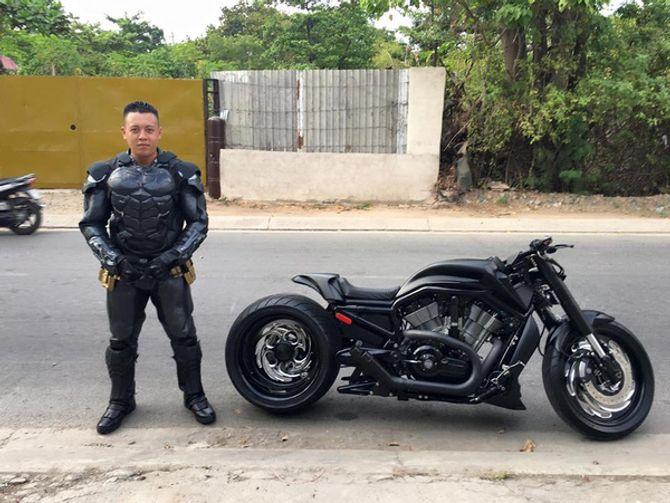 Chàng trai Việt Nam đầu tư cả bộ Batman, xuống phố chơi Tết - Ảnh 5