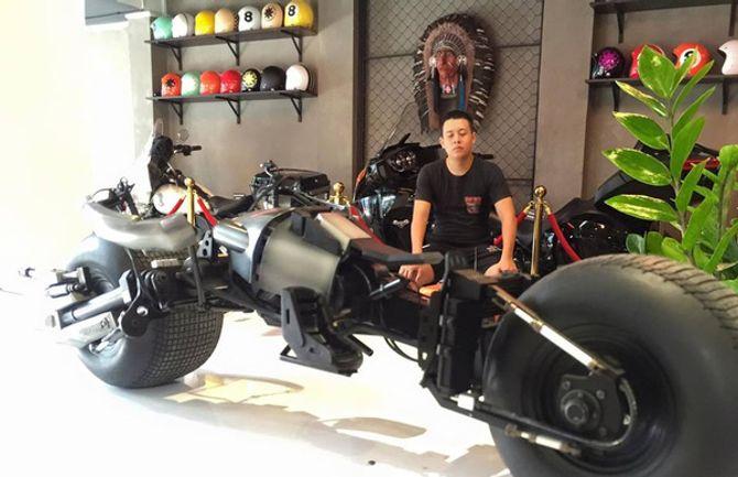 Chàng trai Việt Nam đầu tư cả bộ Batman, xuống phố chơi Tết - Ảnh 10