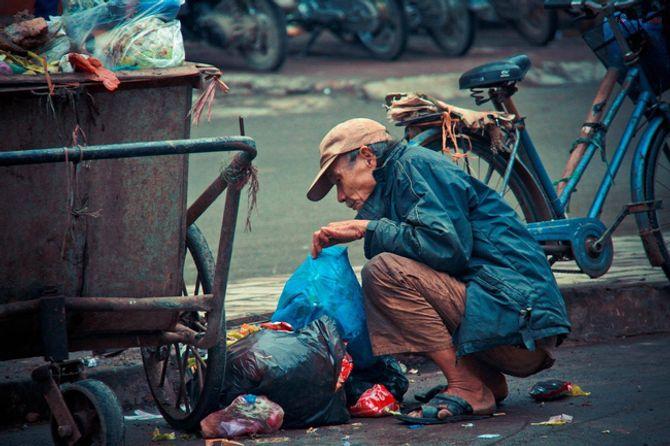 Bức ảnh ông cụ bới xe rác kiếm đồ ăn khiến nhiều người đau thắt lòng - Ảnh 2