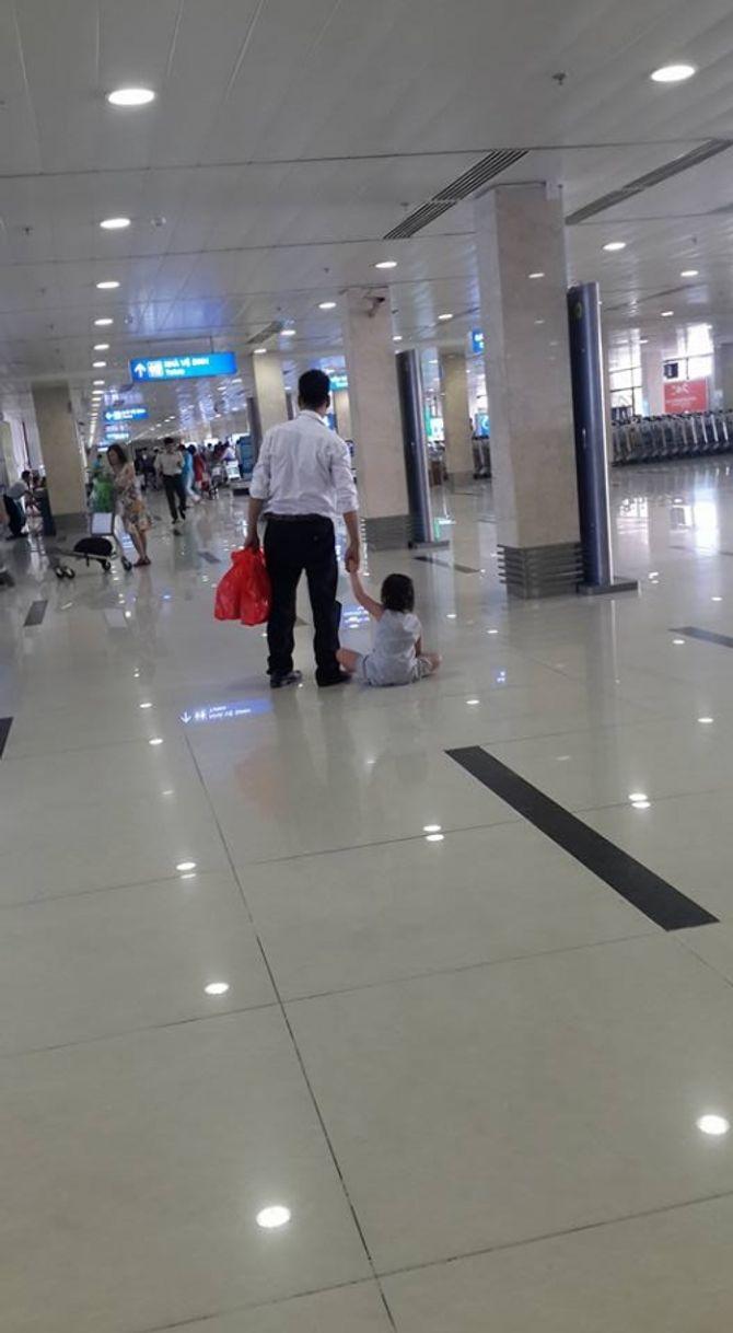 Mẹ đẻ làm ngơ nhìn con bị đánh, kéo lê tại sân bay Tân Sơn Nhất? - Ảnh 2