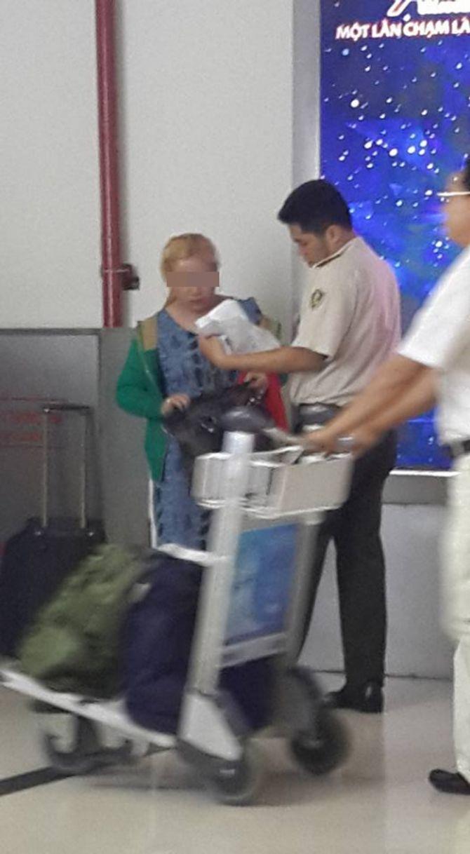 Mẹ đẻ làm ngơ nhìn con bị đánh, kéo lê tại sân bay Tân Sơn Nhất? - Ảnh 4