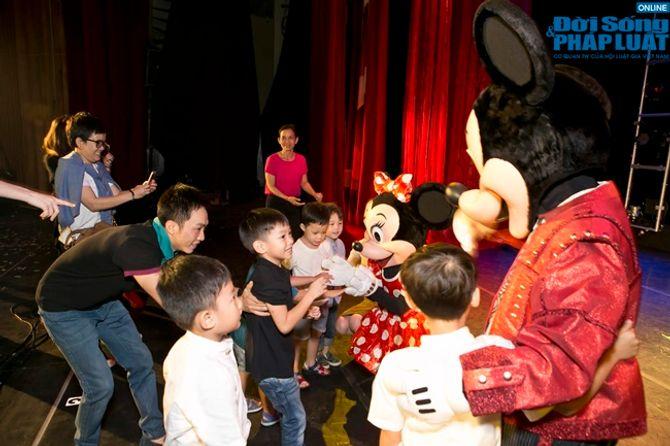 Hà Hồ, Cường Đôla cùng nắm tay Subeo đi xem Disney Live - Ảnh 4