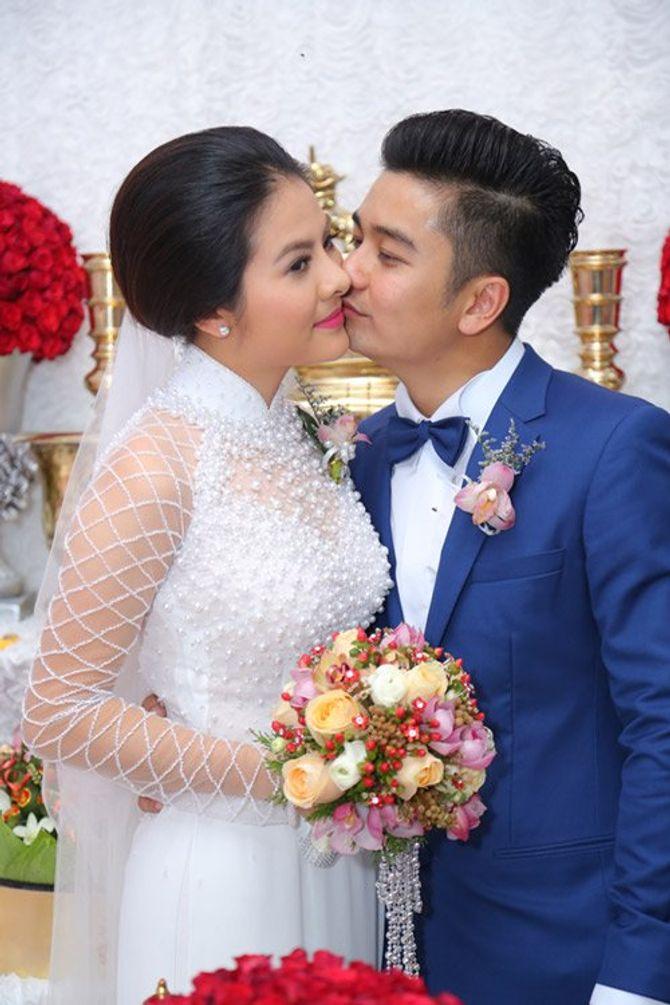 """Vân Trang ngọt ngào """"khóa môi"""" chú rể trong lễ đính hôn - Ảnh 1"""