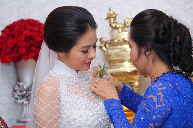 """Vân Trang ngọt ngào """"khóa môi"""" chú rể trong lễ đính hôn - Ảnh 7"""