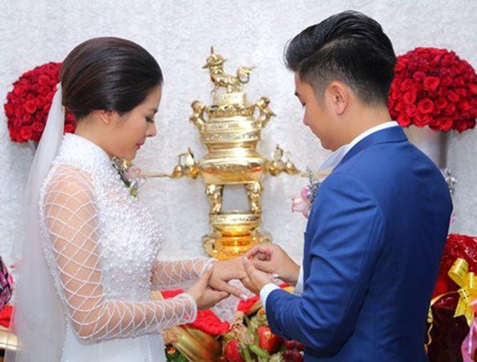 """Vân Trang ngọt ngào """"khóa môi"""" chú rể trong lễ đính hôn - Ảnh 8"""