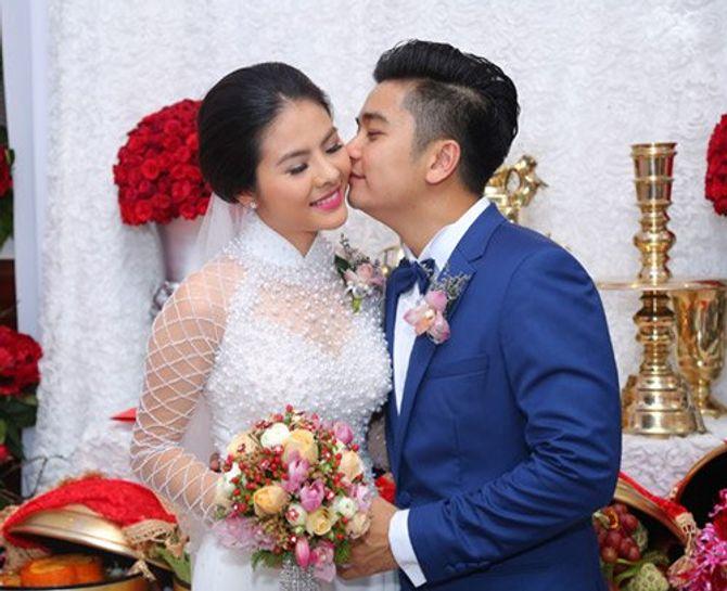 """Vân Trang ngọt ngào """"khóa môi"""" chú rể trong lễ đính hôn - Ảnh 9"""