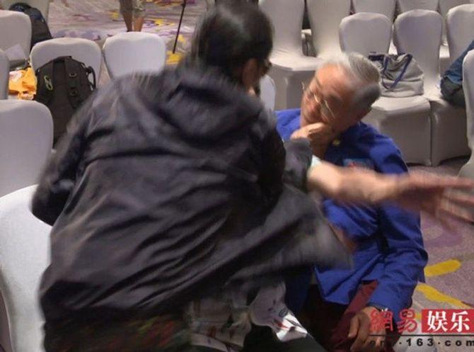 Bố Tạ Đình Phong thẳng tay tát đồng nghiệp 81 tuổi - Ảnh 1