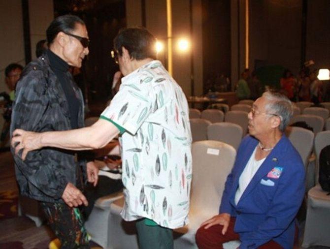 Bố Tạ Đình Phong thẳng tay tát đồng nghiệp 81 tuổi - Ảnh 2