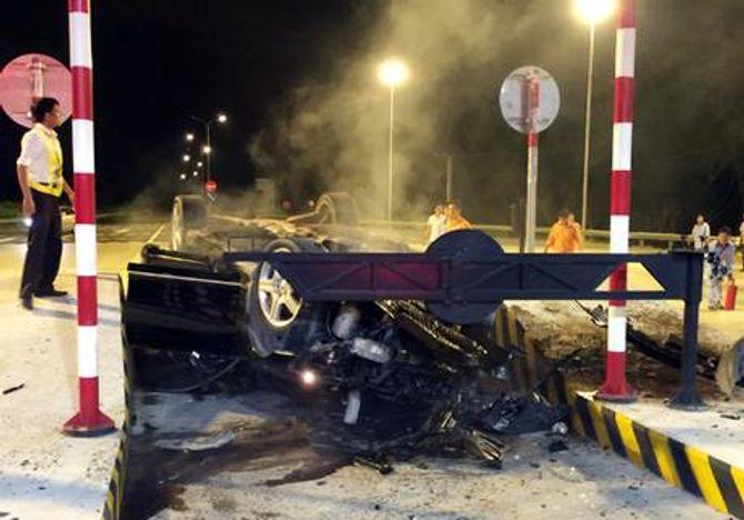 Xe Mercedes nát bét sau cú tông kinh hoàng vào trạm thu phí - Ảnh 1