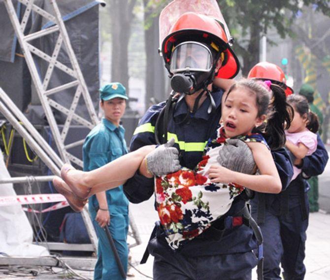 Hơn 2.000 người diễn tập chữa cháy tại tòa nhà 26 tầng - Ảnh 7