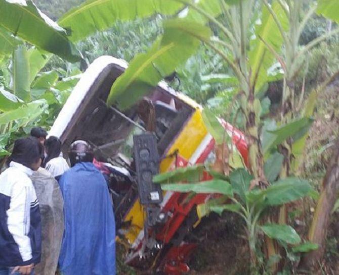 Xe buýt chở 20 học sinh lao xuống vực sâu, 4 em đang cấp cứu - Ảnh 2