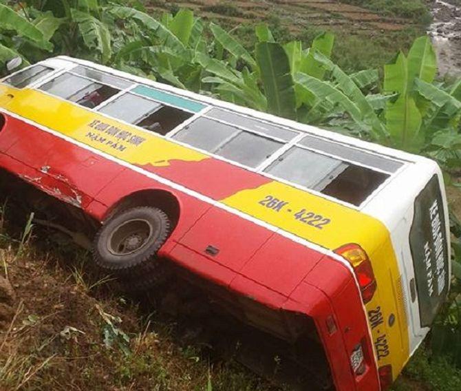 Xe buýt chở 20 học sinh lao xuống vực sâu, 4 em đang cấp cứu - Ảnh 1