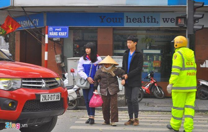 Hà Nội: Hơn 100 người đi bộ vi phạm luật bị CSGT xử phạt - Ảnh 3