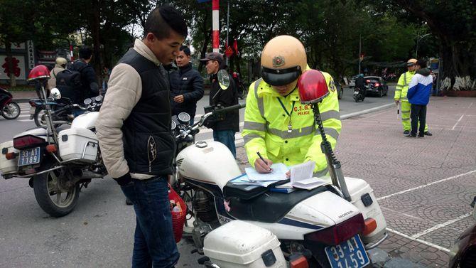 Hà Nội: Hơn 100 người đi bộ vi phạm luật bị CSGT xử phạt - Ảnh 1