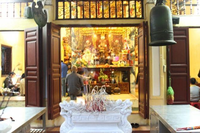 Người Hà Nội đi lễ chùa cầu may ngày đầu năm - Ảnh 2