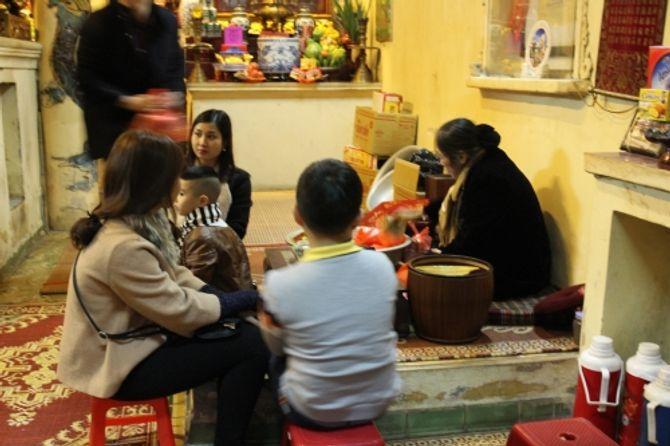 Người Hà Nội đi lễ chùa cầu may ngày đầu năm - Ảnh 3
