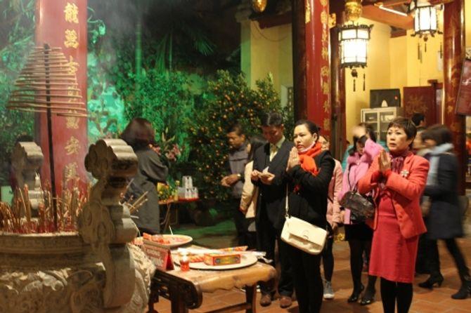 Người Hà Nội đi lễ chùa cầu may ngày đầu năm - Ảnh 6