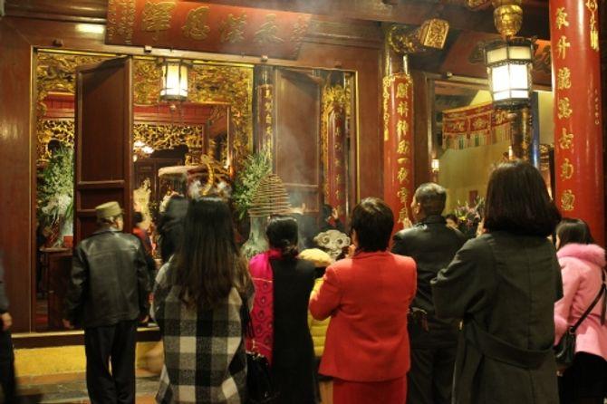 Người Hà Nội đi lễ chùa cầu may ngày đầu năm - Ảnh 4