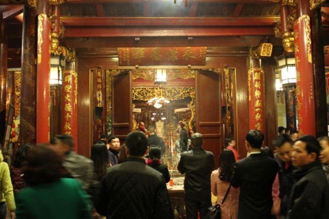 Người Hà Nội đi lễ chùa cầu may ngày đầu năm - Ảnh 5