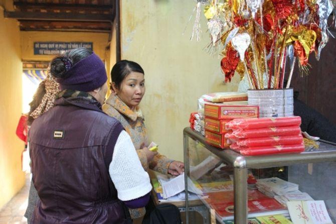 Người Hà Nội đi lễ chùa cầu may ngày đầu năm - Ảnh 9