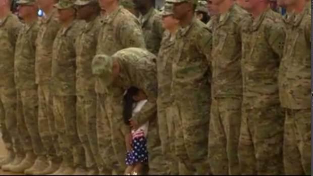 Cảm động bé gái ôm lấy cha khi ông đang làm nghi thức của một người lính - Ảnh 2