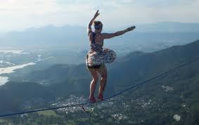 Thót tim với màn đi giầy cao gót trên dây ở độ cao 840m  - Ảnh 3