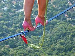 Thót tim với màn đi giầy cao gót trên dây ở độ cao 840m  - Ảnh 2