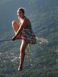 Thót tim với màn đi giầy cao gót trên dây ở độ cao 840m  - Ảnh 1