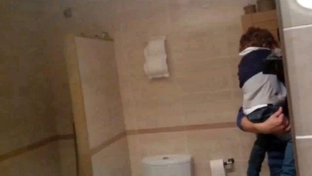 Phát hoảng thấy rắn xanh dài 2m trong phòng tắm - Ảnh 2
