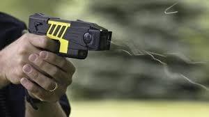 """Bắt hai nam thanh niên """"sắm"""" súng điện đi cướp tài sản - Ảnh 1"""