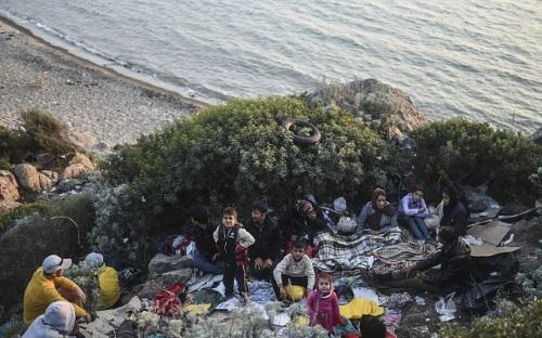 Bé gái Syria 4 tuổi chết đuối mắc kẹt trong đá do lật thuyền tị nạn - Ảnh 1