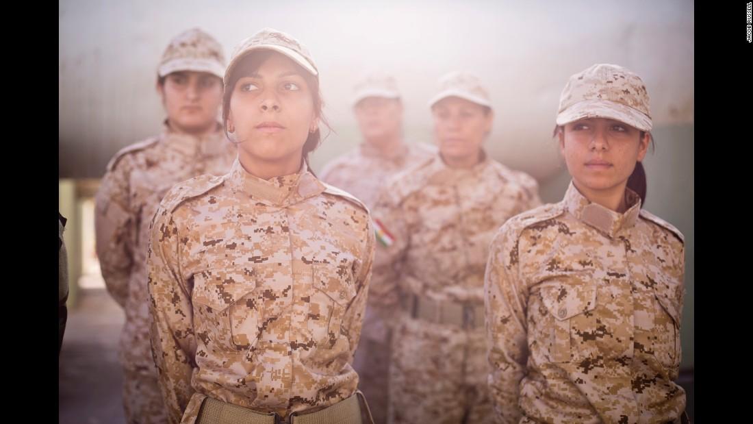 Bộ ảnh cảm động về cuộc sống của các nữ chiến binh người Kurd chống IS - Ảnh 1