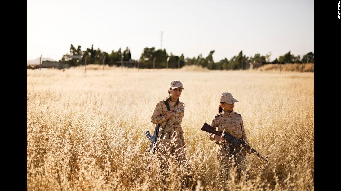 Bộ ảnh cảm động về cuộc sống của các nữ chiến binh người Kurd chống IS - Ảnh 3