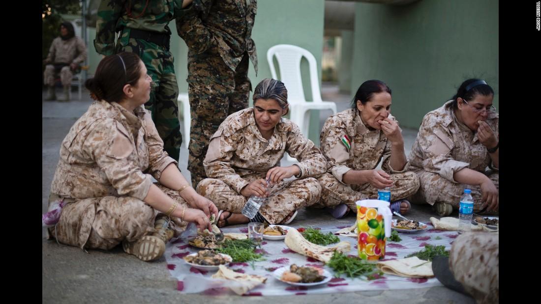 Bộ ảnh cảm động về cuộc sống của các nữ chiến binh người Kurd chống IS - Ảnh 4