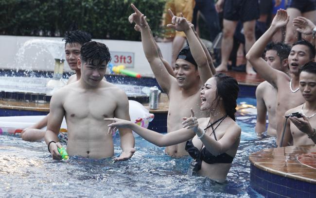 Ngắm phái đẹp Hà thành tưng bừng dự tiệc dưới nước - Ảnh 4