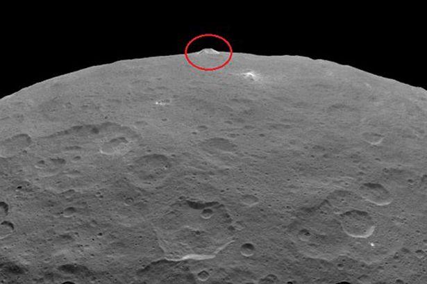Phát hiện núi giống kim tự tháp trong hệ Mặt Trời - Ảnh 1