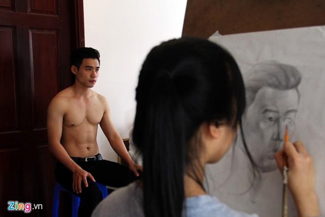 Nam sinh Sài Gòn làm người mẫu phục vụ thi đại học - Ảnh 1